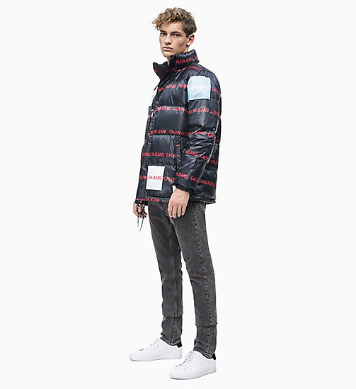 CALVIN KLEIN JEANS Multi-Logo-Pufferjacke mit Daunenfutter - CK BLACK/ LOGO AOP - CALVIN KLEIN JEANS IN THE THICK OF IT FOR HIM - main image 1