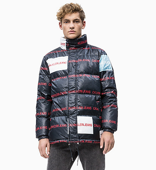 CALVIN KLEIN JEANS Multi-Logo-Pufferjacke mit Daunenfutter - CK BLACK/ LOGO AOP - CALVIN KLEIN JEANS IN THE THICK OF IT FOR HIM - main image