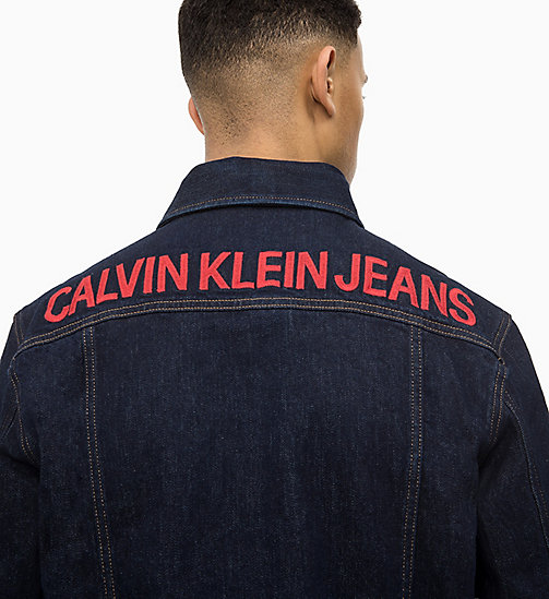 CALVIN KLEIN JEANS Logo Trucker-Jacke aus Denim - RINSE WITH RED EMBROIDERY - CALVIN KLEIN JEANS DENIM SHOP - main image 1